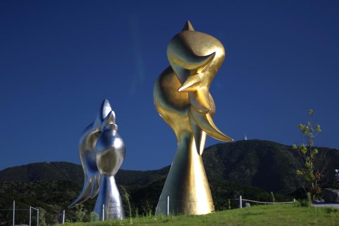 1994年に制作された岡本太郎の晩年の作品。金色が男性、銀色が女性をあらわす一対のモニュメントです。以前は噴水モニュメントでしたが、現在は水は出ません。神々しい輝きで存在を主張しています。