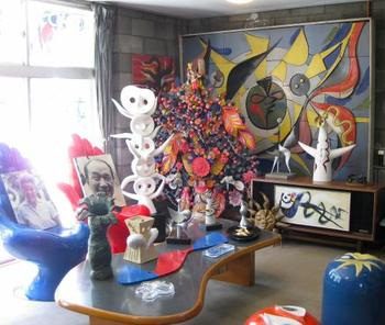 アバンギャルドな造形、過激な色彩など、岡本太郎の作品はどれも圧倒的な個性を放ちます。また情熱的な言動は多くの人を惹きつけ、没後20年を経ても今なおわたしたちを魅了し続けています。