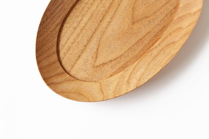 栃木県に拠点を置く木工作家・高塚和則(こうつかかずのり)さんによる『くるみのオーバル皿』。木目を楽しみながら、パンやおつまみを載せて。木の風合いが、白い食卓にナチュラルな温かみを添えてくれます。