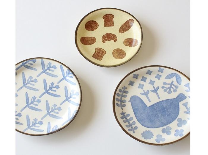白いうつわに混じると、いい具合に気持ちが緩んでいきそう。やさしい雰囲気を持つ和紙染めのお皿は、埼玉県川口市を拠点に作陶生活8年目に入った「かとうようこ」さんの作品。淡い藍の色あいは載せる料理を選びません。