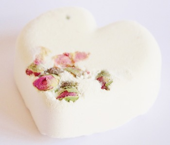 こんな風に、白の石鹸素地に部分的に埋め込む使い方もきれいですね!