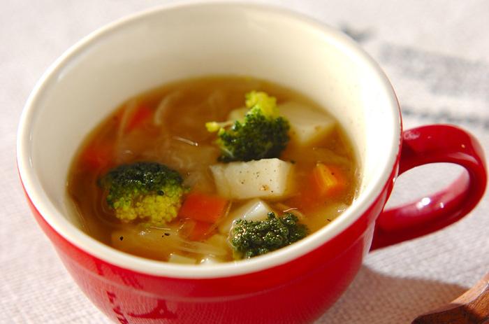 ブロッコリーの緑が鮮やかなスープは、仕上げにレモン汁を加えるのがポイント。すっきりさっぱりした味わいに夢中になってしまいそうです。