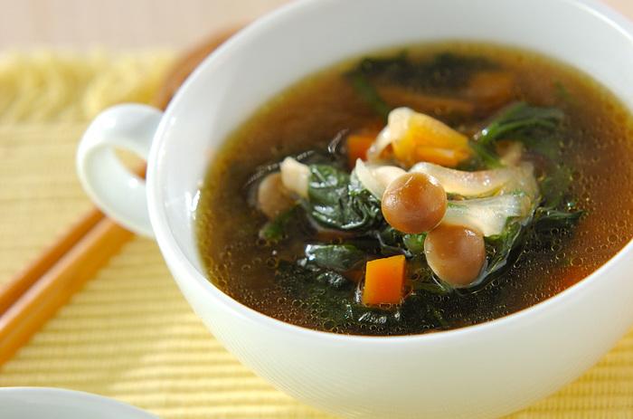 ホウレン草をたっぷり入れた、青菜のおいしさを堪能できるスープ。ホウレン草は、小松菜など別の青菜で代用してもよさそう。きのこもその時に冷蔵庫にあるものを使うなど、臨機応変にアレンジしてもいいですね。