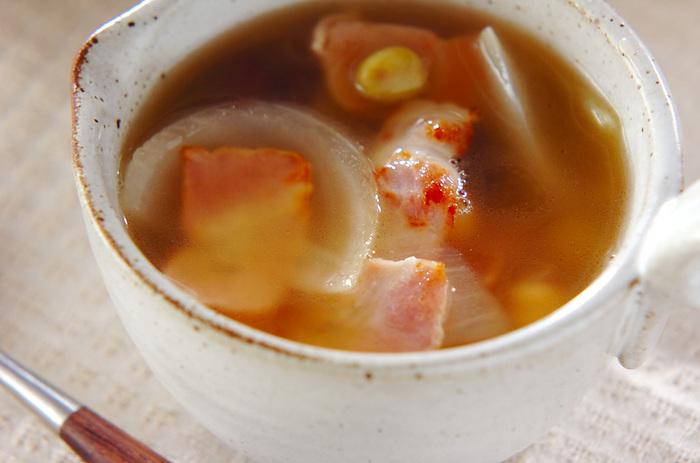 旨味や塩気のあるベーコンは、スープに最適な食材。洋風、和風、中華風、どんな味付けにしても合うので重宝します。たまねぎとミックスビーンズを加えたスープは、シンプルにベーコンの味わい深さを楽しめる一品。豆が入っているので、見た目より食べ応えがあるのも魅力です。