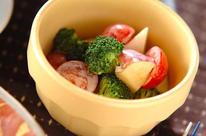 積極的に摂取したい緑黄色野菜のブロッコリーとトマトも、りんごと一緒にサラダでいただきましょ♪マヨネーズにヨーグルトを加えたソースでさっぱり!