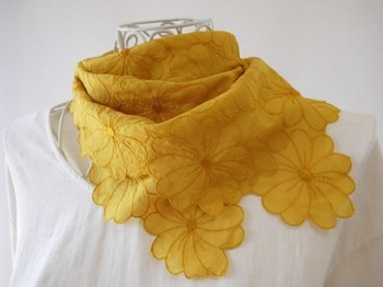 同じ黄色でも、こちらの染料はなんとマリーゴールド。かわいらしいマーガレットの刺繍も相まって、花々にかこまれた気分になれますね♪
