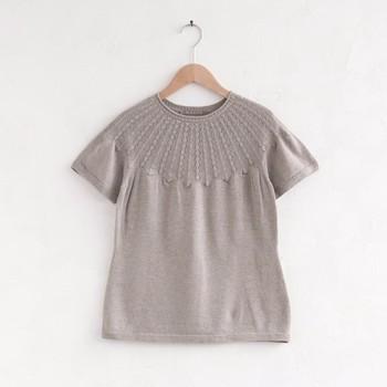矢車附子(やしゃぶし)という木の、実で作る染料で染めたシャツ。茶色い実ですが、黒染めにも使われるのだそう。チャコールグレーともいえる絶妙な灰色に染め上げられた糸で作る服は、着る人にも落ち着いた印象をもたらしてくれます。