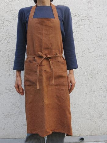 美しい茶色が特徴の柿渋染。リネンに染め込んで、エプロンに。かっこよさもある、気持ちのいい一着ですね。