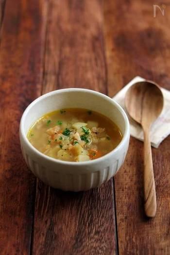 コンソメスープにカレー粉を少しプラスして、子どもが喜ぶカレー味のスープに。にんじんやじゃがいもなどの定番の他、お好みの野菜で試してみて!