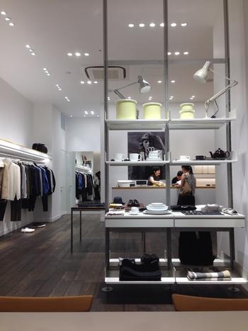 ハウスホールドグッズや洋服など、マーガレットハウエルのアイテムが並ぶ店内。