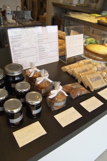 焼き菓子やジャムなども販売されています。