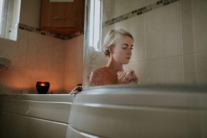 美肌つくりにかかせないのは入浴です。忙しいからといってシャワーだけで済ませていませんか?バスタブのお湯にしっかりと体を沈めて、全身の血流の巡りを促しましょう。おすすめなのが反復入浴です。出たり入ったりを繰りかえすと、体を芯から温めることができて自律神経の働きも促します。体を洗う前後、髪を洗う前後で反復入浴してみましょう。