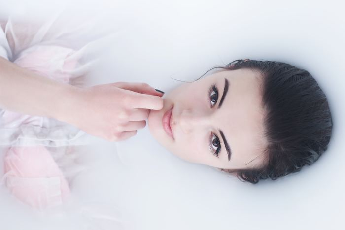 洗顔料には「しっとりタイプ」と「さっぱりタイプ」があります。皮脂や汗が多くなるこの季節には「さっぱりタイプ」の洗顔料を選びましょう。さっぱりタイプは油分が少ないものがほとんどです。油分が多いとくすみの原因となる古い角質が落ちにくいため、さっぱり洗顔で汚れをしっかりと落として、油分はその後のスキンケアで補いましょう。