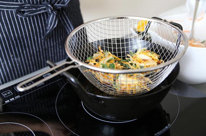 もちろんお鍋も優秀。鉄鍋と聞くと重いイメージがあるかもしれませんが、これは軽めなので後片付けも簡単に。取っ手部分にバスケットが引っかけらるので揚げたあとに載せるバット代わりにも。このお鍋があれば、天ぷらはもちろん揚げものが気軽にできちゃいますよ。