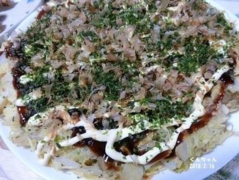 菊芋、キャベツ、卵のみで生地を作るので、普通のお好み焼きよりもヘルシーで軽やかな仕上がりに。菊芋が手に入らない時など、「菊芋パウダー」を使えばもっと手軽に菊芋お好み焼きをつくることができるのでお試しあれ♪