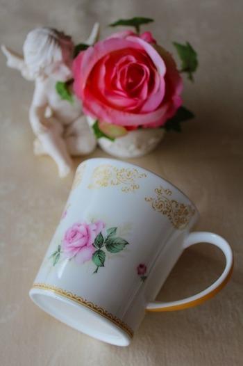 愛や恋が花言葉の薔薇やスミレなどを描いたカップなどもプレゼントにおすすめ。愛のお花を集めたブーケなどといっしょに贈るのもいいですね。