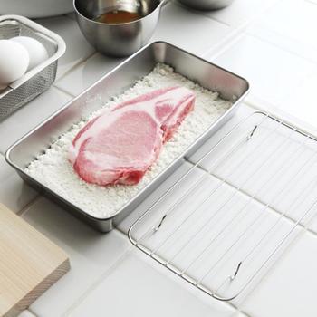 小麦粉やパン粉をまぶしたい時も食材を乗せる前に薄く広げたり、食材を広げた上からフリかければOK。