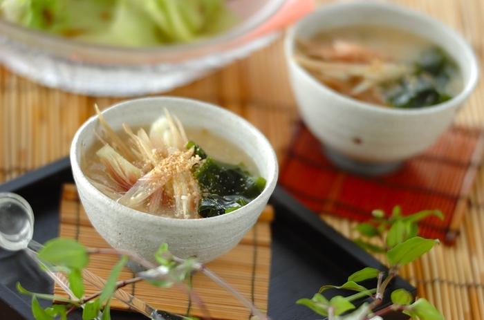発汗作用を促すミョウガを使った冷たいお味噌汁レシピ。忙しい朝には冷汁風にご飯にかけてもGOOD!一日を頑張れる簡単レシピです。