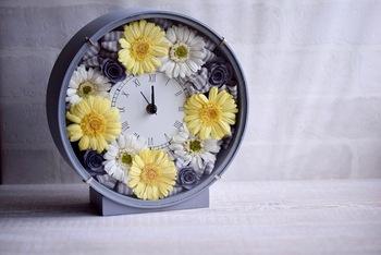 希望や前進を花言葉にもつガーベラなどを使った花時計をプレゼントして、旅立つ人を応援するのもいいですね。こちらの花時計はプリザーブドフラワーを使っています。自分で作ることもでき、意外と簡単ですのでトライしてみるのはいかが?