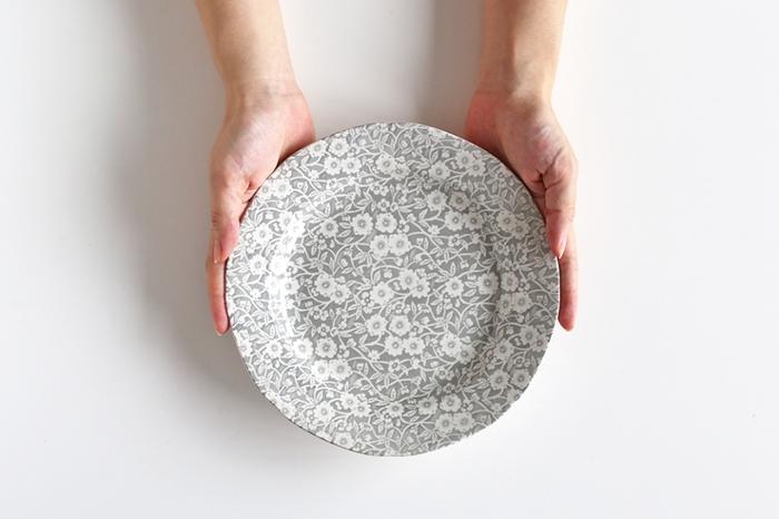 スタイリッシュでまっさらな無地の器もいいけれど、絵付けの器も素敵ですよね。中でも「花柄」のお皿は、⾷卓をぱっと華やかにしてくれるアイテム。お花ならではの可憐な品のよさを備えているので、ティータイムのスイーツや、⾷後のフルーツなど、リラックスしたいシーンにもぴったり♪ さて、そのような花柄の絵皿、どのような「絵付けの技法」で描かれているのか、ご存知でしょうか?