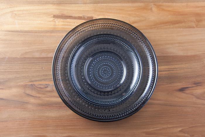 『カステヘルミ』シリーズの中でも、ダークカラーが印象的な『レイン』。黒に近い青が、図柄のつよさを中和してくれます。こちらは取り皿としても使いやすいΦ17cm。