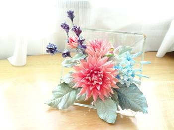 かつてメキシコや中南米の家庭で残ったパンを使って始まった花の彫刻「パンフラワー」。パンフラワー専用のパン粘土(フレッシュ粘土)を使って、リアルな花の表情を再現できるアートです。幸福な愛が花言葉のブルースターなどを使って作ってみましょう。