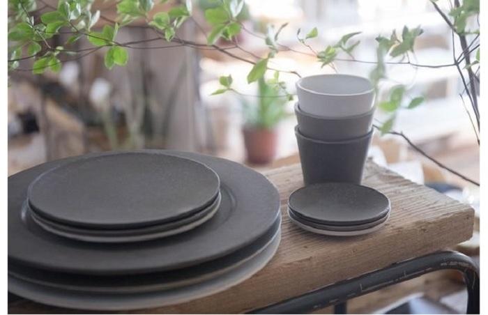 大きな図柄のうつわに、三重の土からつくられるざらりと硬質でマットな『炻器プレート』のお皿が黒子のようになじみます。(黒・白・グレー、Φ9.5㎝からΦ26㎝まで3種)。台東区のセレクトショップ「SyuRo」から。