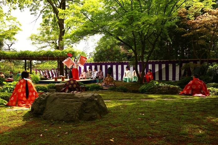 方除の大社として知られている城南宮(じょうなんぐう)。境内の庭園「楽水苑」では四季折々の花や紅葉を楽むことができ、「源氏物語花の庭」として親しまれています。