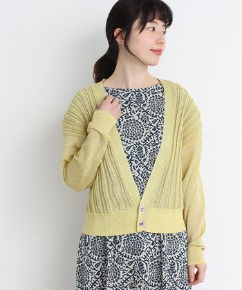 春コーデのカーディガンは一番上に羽織ることが多いので、デザインにこだわって選ぶとさらに楽しいですよ。例えばこちらは、前身ごろに細いタックが入ったデザイン。凸凹した立体感があり、細身でもふんわりして見えます。
