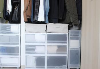 ハンガーに掛けた服と、収納ケースとのスキマのようなわずかなスペースも有効活用するのが、収納量を増やすコツです。何度か着てからクリーニングする服や、毎日使うバッグなどの一時置き場にもおすすめ。