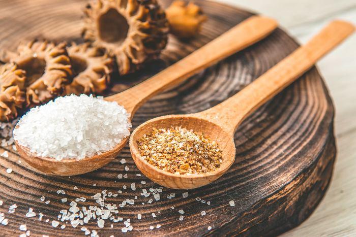 ミネラルなどを含んだ天然の塩を使ったソルトバスもおすすめです。天然塩は粒の大きいものでもかまいません。発刊作用で汗をたっぷりかけば新陳代謝も促します。さらに好みのハーブや精油も加えれば安らかな癒しの時間を過ごせます。