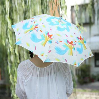 カラフルで楽しい日傘はシンプルなファッションにもぴったり。紫外線が強い日もワクワクできそう♪