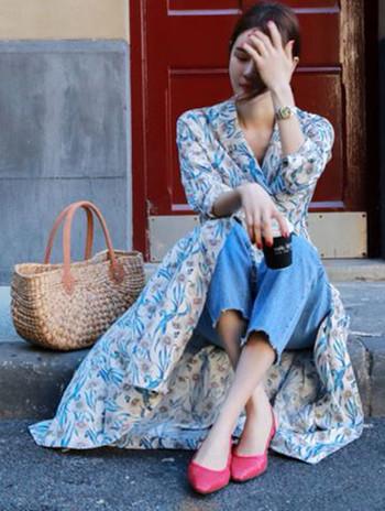 紫外線対策とはいえせっかくの初夏に長袖のカーディガンはなんだか重たくなってしまう…。初夏の季節は薄手の素材と爽やかな柄のワンピースやシャツなどの涼しげコーディネートで、お洋服でも日焼け対策するのがおすすめ。