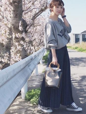 ゆるやかでリラックスした印象を与えてくれるスウェット×プリーツスカートの着こなし。女性らしさを引き立ててくれるコーデなのでデートの時にも◎