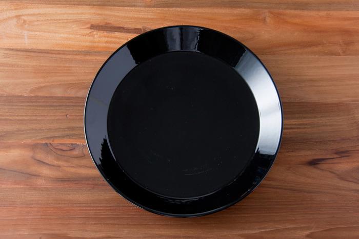 『iittala TEEMA(イッタラ ティーマ)』シリーズの黒くつやのある大皿。黒いお皿は、特にローストビーフやトマトソースなど暖色系の料理を引き立てる効果は白以上。高級感が演出できるのも魅力です。画像はΦ26cmの大皿ですから、時には『パラティッシ』を脇役に、主役を演じさせてみては。