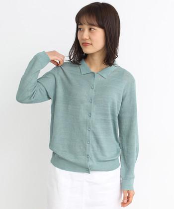 小さな襟の付いたガーリーなカーディガンは、ブラウスのような着こなしにもなるのが魅力。優しいグリーンは着ている人の気持ちも穏やかにしてくれそうです。