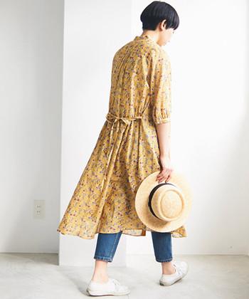 すとんとした軽い生地に小花柄がプリントされたワンピース。6分袖で涼し気に着られます。明るいけれど落ち着きのあるカラーが、普段のファッションに合わせやすく着やすい一枚です。