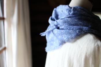 やわらかなコットンガーゼで作られたストール。優しい風合いの花柄が、シンプルなファッションの控えめなアクセントに。
