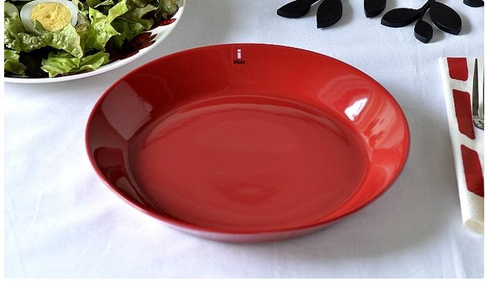 """カイ・フランクの名作『ARABIA Koko(アラビア ココ)』。 シンプルなデザイン&深みのある赤が、""""柄もの""""との組み合わせによって、活気のあるモダンな食卓を作ってくれます。Φ21cmはふだんづかいにも最適なサイズですし、お正月におせちを盛り付けても。"""