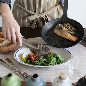 「ターク」のフライパンは使うほどに味わいが増していきます。味わいがあって美しいデザインは、キッチンや食卓の風景をオシャレに見せてくれます。