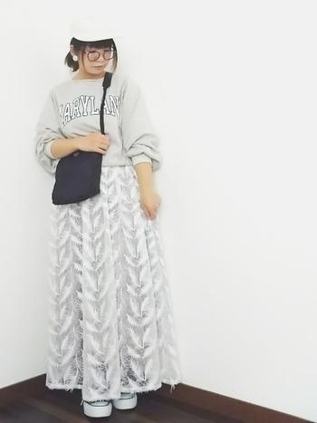 ちょっと珍しいフェザーレーススカートを合わせると、オシャレ上級者に見えます!白系で統一し小物を黒でまとめたモノトーンコーデです。