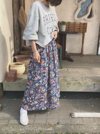 スポーティーなロゴスウェットにあえて花柄のスカートを合わせてみても◎いつものコーデがマンネリ化してきたら試してみて。