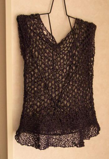 透かし編みのベストはシックな色のものだとエレガントさがプラスされてコーディネートの幅が広がりそう。