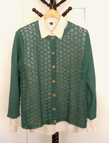 「透かし編み」が涼し気なリネンのカーディガンは、ブラウスやカットーソーの上にサラリと羽織りたいですね。 寒暖差がある季節には持っていると役に立つ1枚です。