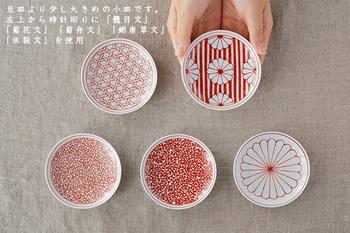 日本の伝統文様が表現された小皿のシリーズです。不老長寿の貴い花として大事にされる菊の花、繁栄や長寿の願いが込められた「蛸唐草文」など…。バランスよくデザインされた繊細な文様が、美しく映えますね。