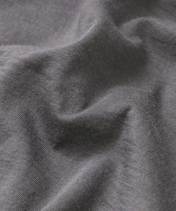 コットンは、繊維が細く長いものほど高級で光沢感があり肌触りも滑らかです。また、綿の栽培地や糸の紡ぎ方、織り方によっても風合いが異なります。