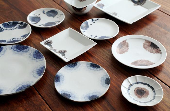 石川県能美で開窯以降40年以上にわたり、暮らしの器を作り続けている「九谷青窯(くたにせいよう)」。その陶工である小林巧征さんの「綿花」シリーズは、まさしくふわふわとした綿花の描写が特徴的。呉須のグラデーションによって、生き生きと表現されています。