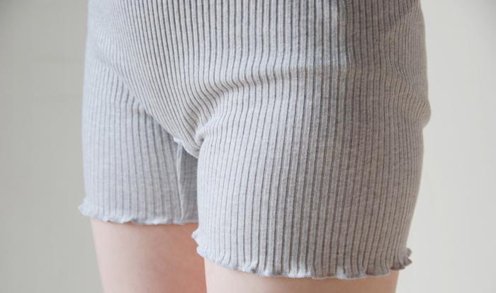 リブタイプのものなら優しく包み込むような感覚で身につけられます。またショーツの場合、股関節にゴムのない一分丈のものや足の付け根が大きく開いたものだと締め付け感を減らせます。
