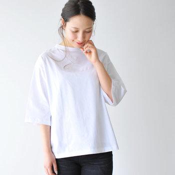 「handVaerk(ハンドバーク 」のコットンTシャツは、紡績から縫製まで全ての工程を自社でおこなうことで細かいところまでデザイナーの目の行き届いた完成度の高さが特徴です。