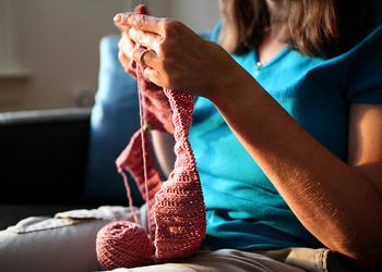 せっかく編み物をマスターしたら、冬アイテムだけじゃもったいないですよね。 まだちょっと肌寒い季節や、冷房予防のための羽織ものの他にも、麦わら風の糸などを使って夏ならではのニットを楽しんでみてください。